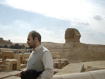 Kahirede, sfenks'in önünde çekilmiş bir resim.